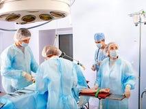 εργασία χειρούργων λειτουργούντων δωματίων στοκ φωτογραφίες