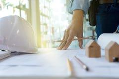 εργασία χεριών αρχιτεκτόνων ή μηχανικών Στοκ φωτογραφία με δικαίωμα ελεύθερης χρήσης