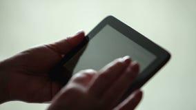 Εργασία χεριών γυναικών με την ταμπλέτα φιλμ μικρού μήκους