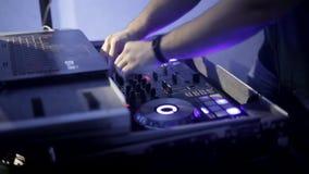 Εργασία χεριών του DJ με το μουσικό εξοπλισμό στη λέσχη νύχτας απόθεμα βίντεο