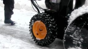 Εργασία χιόνι-αφαίρεσης με έναν ανεμιστήρα χιονιού απόθεμα βίντεο