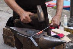 εργασία Χτύπημα ενός κομματιού του καυτού σιδήρου Στοκ εικόνες με δικαίωμα ελεύθερης χρήσης