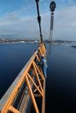 Εργασία Iinstallers steeplejacks για την εγκατάσταση της ρυμούλκησης κατασκευής φλόκων Στοκ φωτογραφία με δικαίωμα ελεύθερης χρήσης