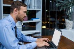 εργασία lap-top επιχειρηματιών Στοκ εικόνα με δικαίωμα ελεύθερης χρήσης