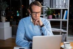 εργασία lap-top επιχειρηματιών Στοκ Φωτογραφίες