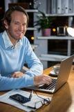 εργασία lap-top επιχειρηματιών Στοκ φωτογραφία με δικαίωμα ελεύθερης χρήσης