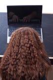 εργασία lap-top κοριτσιών Στοκ εικόνες με δικαίωμα ελεύθερης χρήσης