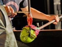 Εργασίες ανεμιστήρων γυαλιού για το περίκομψο πράσινο μπουκάλι Στοκ φωτογραφία με δικαίωμα ελεύθερης χρήσης