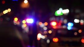 Εργασίες ανώτερων υπαλλήλων τροχαίων για την οδό Αστυνομικός στην εργασία Λάμψη φω'των έκτακτης ανάγκης αστυνομίας τη νύχτα τρισδ απόθεμα βίντεο