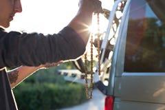 Εργασίες ατόμων για την αλυσίδα ποδηλάτων Στοκ Φωτογραφίες
