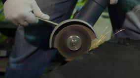 Εργασίες ατόμων με έναν κομμένο κύκλο στο μέταλλο απόθεμα βίντεο