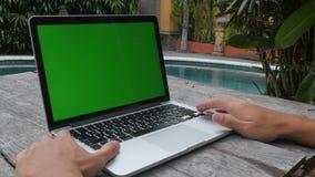 Εργασίες ατόμων στην πράσινη οθόνη lap-top υπαίθριος τακτοποιημένος η λίμνη Εργασία και ελεύθερος χρόνος φιλμ μικρού μήκους