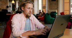 Εργασίες ατόμων στο lap-top απόθεμα βίντεο