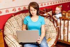 εργασίες βασικών μητέρων στοκ εικόνα