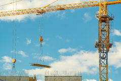 Εργασίες γερανών για το εργοτάξιο οικοδομής Στοκ φωτογραφία με δικαίωμα ελεύθερης χρήσης