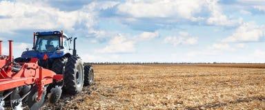 Εργασίες γεωργικού μηχανήματος στον τομέα Στοκ εικόνες με δικαίωμα ελεύθερης χρήσης