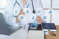 Εργασίες γιατρών με τα αποτελέσματα Στοκ φωτογραφία με δικαίωμα ελεύθερης χρήσης