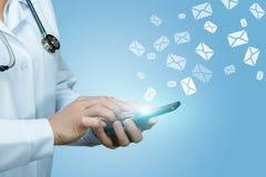 Εργασίες γιατρών με τις επιστολές στους φακέλους Στοκ Φωτογραφία