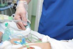 Εργασίες γιατρών με τον ασθενή στην εντατική παρακολούθηση στοκ φωτογραφίες με δικαίωμα ελεύθερης χρήσης