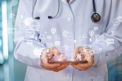Εργασίες γιατρών σε μια συνομιλία με τους ασθενείς Στοκ εικόνα με δικαίωμα ελεύθερης χρήσης