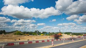 Εργασίες για την ασφαλτόστρωση της εθνικής οδού, στις 20 Ιουνίου 2016 σε Vilnius, Λιθουανία απόθεμα βίντεο