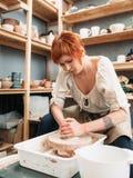 Εργασίες γυναικών για τη ρόδα αγγειοπλαστών Στοκ Εικόνες
