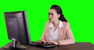Εργασίες γυναικών με τον υπολογιστή που παίρνει το πρόβλημα απόθεμα βίντεο