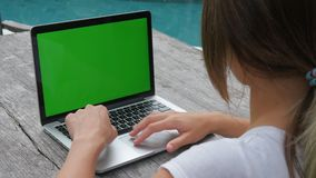 Εργασίες γυναικών στην πράσινη οθόνη lap-top υπαίθριος τακτοποιημένος η λίμνη εργασία και ταξίδι απόθεμα βίντεο