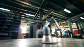 Εργασίες εξοπλισμού μετάλλων σε ένα εργοστάσιο, που κινείται σε έναν πίνακα απόθεμα βίντεο