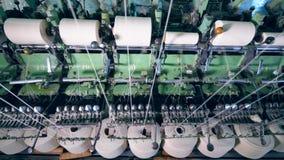 Εργασίες εξοπλισμού υφαντικών εγκαταστάσεων με το ράψιμο των στροφίων με τα άσπρα νήματα απόθεμα βίντεο