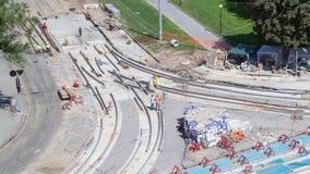 Εργασίες επισκευής για την οδό timelapse Τοποθέτηση των νέων ραγών τραμ σε μια οδό πόλεων φιλμ μικρού μήκους