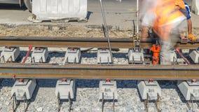 Εργασίες επισκευής για την οδό timelapse Τοποθέτηση των νέων ραγών τραμ σε μια οδό πόλεων απόθεμα βίντεο