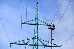 Εργασίες επισκευής στον υψηλής τάσεως πύργο δύναμης, πιό στενός πυροβολισμός στοκ εικόνα