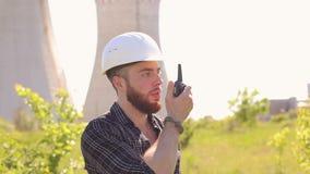 Εργασίες επιστατών κατασκευής με walkie-talkie φιλμ μικρού μήκους