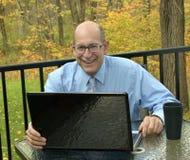 Εργασίες επιχειρηματιών με το lap-top στο σπίτι στοκ εικόνες με δικαίωμα ελεύθερης χρήσης