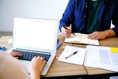 εργασίες επιχειρηματιών on-line για το lap-top, στοκ εικόνα