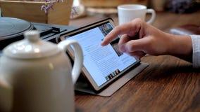 Εργασίες επιχειρησιακών ατόμων για το PC ταμπλετών στον καφέ φιλμ μικρού μήκους