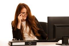 Εργασίες επιχειρησιακών γυναικών στο γραφείο που ελέγχει τη βάση δεδομένων στον υπολογιστή Στοκ Εικόνα