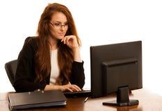 Εργασίες επιχειρησιακών γυναικών στο γραφείο που ελέγχει τη βάση δεδομένων στον υπολογιστή Στοκ Φωτογραφία