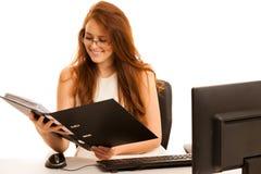 Εργασίες επιχειρησιακών γυναικών στο γραφείο που ελέγχει τη βάση δεδομένων στον υπολογιστή Στοκ φωτογραφία με δικαίωμα ελεύθερης χρήσης