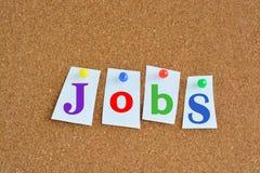 Εργασίες και έννοια σταδιοδρομίας με τις ζωηρόχρωμες καρφίτσες εγγράφου στον πίνακα διαφημίσεων Στοκ Φωτογραφία