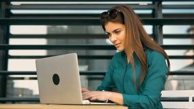 Εργασίες κοριτσιών σπουδαστών με τον υπολογιστή απόθεμα βίντεο