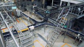 Εργασίες μεταφορέων ζυθοποιείων, κινούμενα δοχεία με την μπύρα Εσωτερικό δυνατότητας εργοστασίων απόθεμα βίντεο