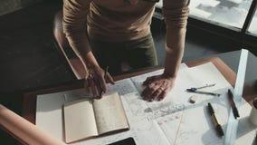 Εργασίες μηχανικών Hipster με το σχεδιάγραμμα βλαστός άνωθεν φιλμ μικρού μήκους