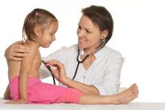 Εργασίες νοσοκόμων με το παιδί Στοκ Φωτογραφίες