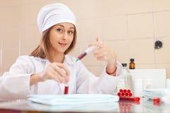 Εργασίες νοσοκόμων στο ιατρικό εργαστήριο Στοκ εικόνα με δικαίωμα ελεύθερης χρήσης