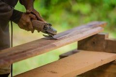 Εργασίες ξυλουργών με έναν ηλεκτρικό τρίφτη και ξύλινα προϊόντα διαδικασιών Στοκ φωτογραφία με δικαίωμα ελεύθερης χρήσης