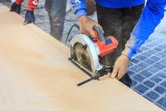 Εργασίες ξυλουργών χεριών για το ξύλο που λειτουργεί με την εργαλειομηχανή Στοκ Εικόνα