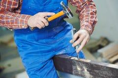 Εργασίες πορτών με το hummer και τη σμίλη Στοκ εικόνες με δικαίωμα ελεύθερης χρήσης