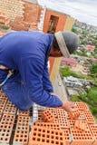 Εργασίες πλινθοκτιστών για την υψηλή κατασκευή σπιτιών Στοκ Φωτογραφία
